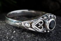 Zarter Mittelalter Ring ~ ANELYA ~ 0.7 cm - Schwarzer Kristall - Silber - Windalf.de