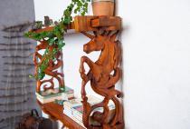 Rustikales Bücher-Regal ~ SÚNA ~ 67 cm - Einhorn Wand-Regal - Handarbeit aus Holz - Windalf.de