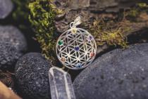 Harmony Anhänger ~ LOREEN ~ Ø 2.7 cm - Blume des Lebens - Mit bunten Steinen - Silber - Windalf.de